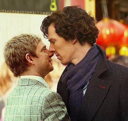 A aproximação de John Watson e de Holmes chegou a confundir o publico do seriado sobre o quão gays eles seriam.