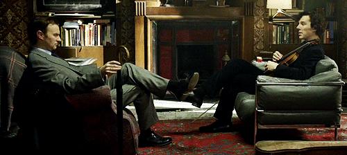 Mycroft Holmes, ao contrário do irmão, utiliza suas habilidade com a dedução para ajudar o governo britânico.